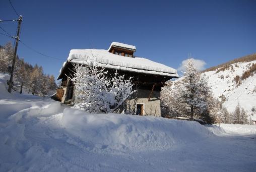 Chalet des Alpes dans la neige du Queyras