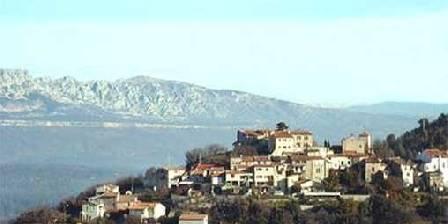 La Bartavelle Le village de Mimet face à la montagne