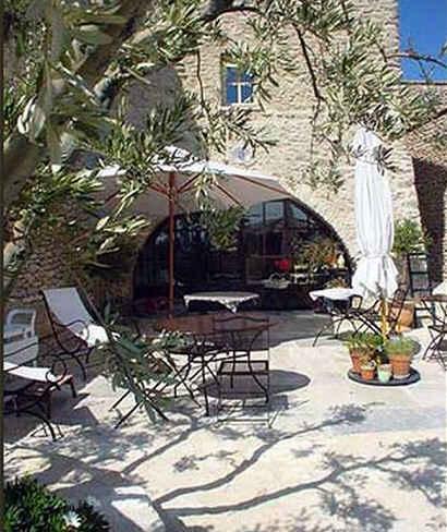 Chambres d'hotes Vaucluse, à partir de 100 €/Nuit. Maison/Villa, Gordes (84220 Vaucluse), Charme, Piscine, Jardin, Parc, Téléviseur, Parking, 5 chambre(s) double(s), 1 suite(s), Carte Bleue, Vue montagne, Orientation sud, ...