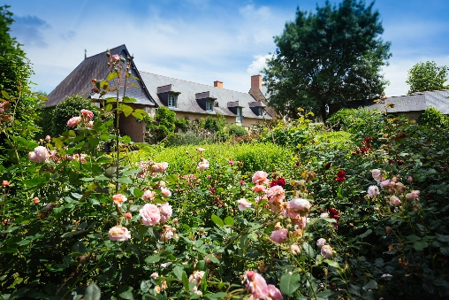 manoir du bois de grez vue du jardin de roses