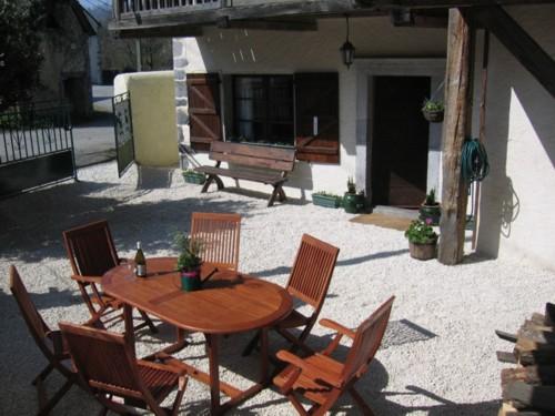 Chambres d'hotes Pyrénées-Atlantiques, à partir de 45 €/Nuit. Issor (64570 Pyrénées-Atlantiques), Charme, Jardin, 2 chambre(s) double(s), 2 suite(s), Vue montagne, Vue ville/village, Non Fumeurs. A proximité : Rivière, Montagne, Ciném...