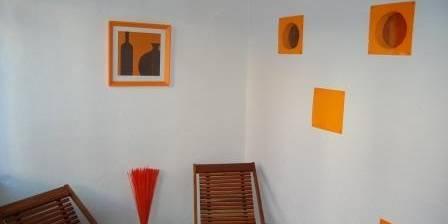 Les 2 pépinières Chambre orange, le coin salon