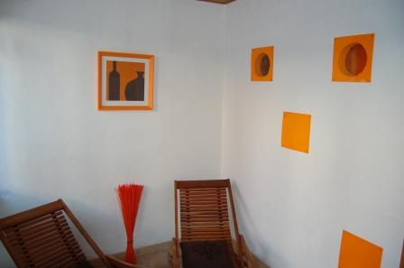 Chambre orange, le coin salon