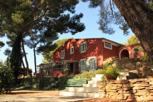 Bed & breakfasts Var, from 90 €/Nuit. House of character, Le Beausset (83330 Var), Charm, Park, Net, WiFi, Baby Kits, Parking, Air-Conditioning, 3 Single Bed(s), 1 Suite(s), 12 Maximum People, Lounge, Library, 3epis G...