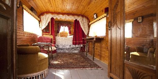 une chambre dans une roulotte
