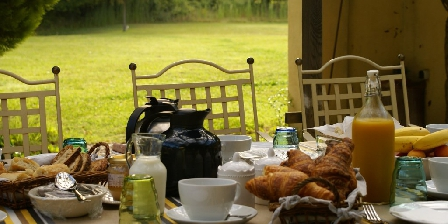 Coté Provence Breakfasts in the patio