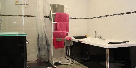 Chambres d'Hôtes La Courtesie La salle de bain de la chambre Bleuet