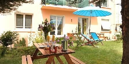 Maison et table d'hôtes Joliot Curie Detente dans  le  jardin