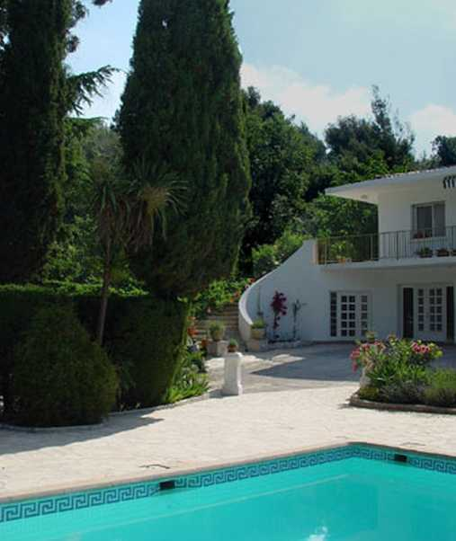 Bed & breakfasts Alpes Maritimes, from 100 €/Nuit. House/Villa, Vence (06140 Alpes Maritimes), Luxury, Guest Table, Swimming Pool, Garden, Disabled access, WiFi, T.V., Baby Kits, Parking, 3 Double Bedroom(s), 1 Suite(s), 12 Maxim...