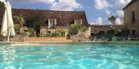 Demeure de Forterre Les chambres Vanille et Safran vues depuis la piscine.