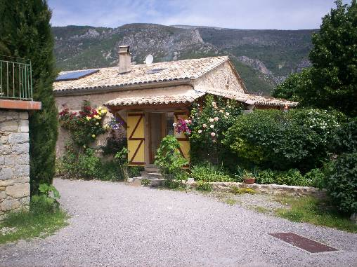 Bed & breakfasts Alpes de Haute Provence, from 55 €/Nuit. House/Villa, Chateauneuf-Miravail (04200 Alpes de Haute Provence), Charm, Guest Table, Garden, Park, Net, T.V., Baby Kits, 3 Single Bed(s), 1 Double Bedroom(s), 1 Childrens Bedroo...