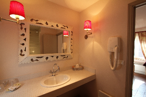 la salle de bain de la chambre 2