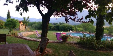 Ferienwohnung Gîte de Fontepaisse >  Au bord de la piscine imaginez cet instant de bonheur installé sur un transat face aux monts verdoyants du Royans-Vercors > Klicken Sie hier um das Foto zu vergrößern