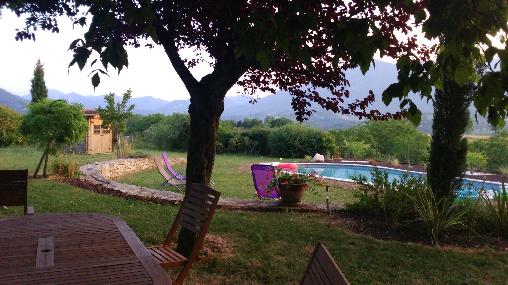 Au bord de la piscine imaginez cet instant de bonheur installé sur un transat face aux monts verdoyants du Royans-Vercors
