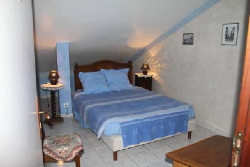 Florette - Un nom qui évoque la Provence pour cette chambre aux tons bleutés qui a pour toile de fond les Monts du Vercors.Elle possède un lit double et des sanitaires privatifs