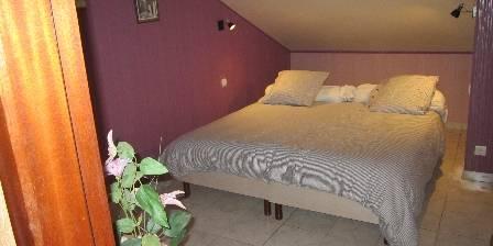 Gite Gîte de Fontepaisse > Azalais -Comme Florette est en sous pente et s'ouvre sur la plaine de l'Isère et les Monts du Vercors. Elle possède un lit double et des sanitaires privatifs > Cliquez ici pour agrandir cette photo