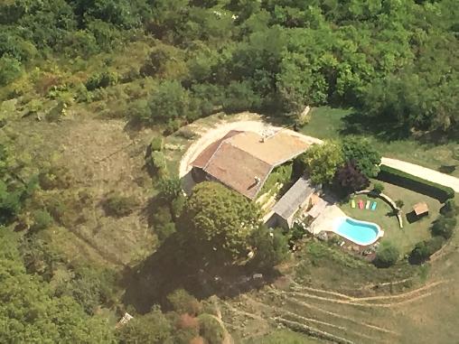 la maison et la piscine vue d'avion