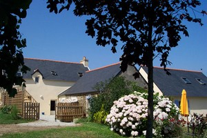 Bed & breakfasts Finistère, from 120,60 €/Nuit. House/Villa, Roscanvel (29570 Finistère), Guest Table, Garden, Disabled access, Net, Baby Kits, 4 Double Bedroom(s), 1 Suite(s), 16 Maximum People, Lounge, Library, Chimeney, ...