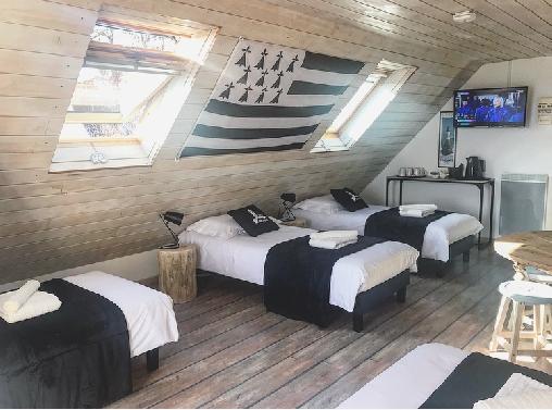 GRANDE CHAMBRE 6 LITS LES EMBRUNS6 BEDS LARGE ROOM SPRAY