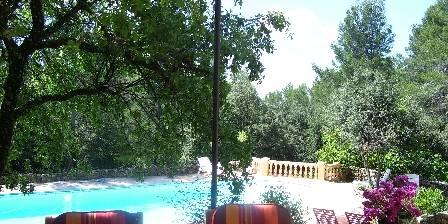 Gîte Le Romarin La piscine vue de la maison principale