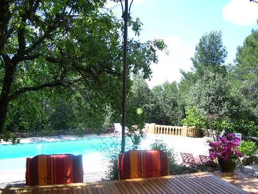la piscine vue de la maison principale