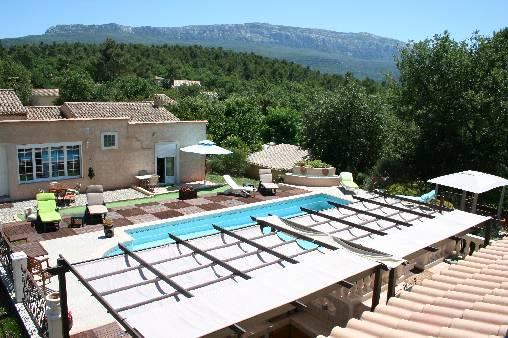 vue sur piscine et chambres extérieur