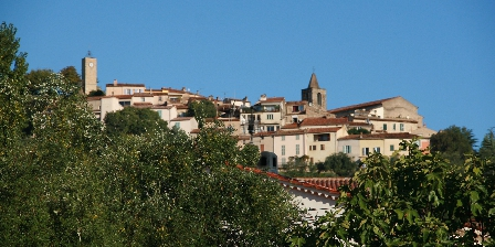 L'escale Provençale Vue sur le village de Tourrettes