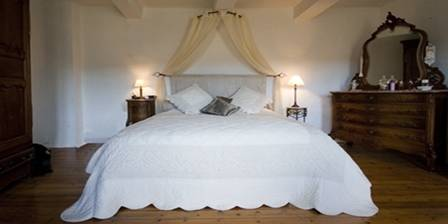 Chez Hubbert Chambre à coucher principale avec lit kingsize.