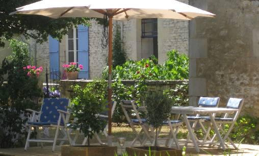 bed & breakfast Charente-Maritime - breakfast in the garden