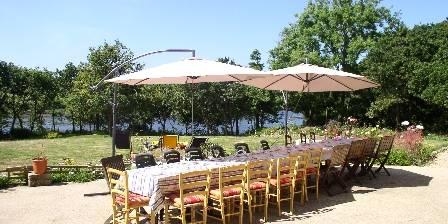 Auberge de Bel Air Repas de famille sur la terrasse face à la rivière