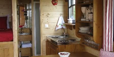 La roulotte des Gauliers La kitchenette et la salle de douche de la Roulotte des Gauliers