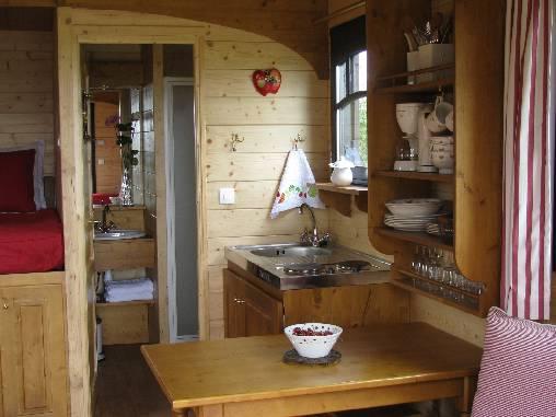 La kitchenette et la salle de douche de la Roulotte des Gauliers