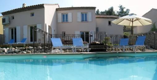 La villa et sa piscine ensoleillée
