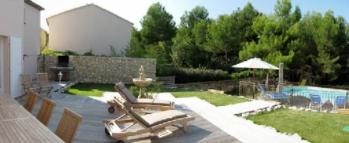 La terrasse meublée et le jardin