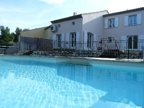 La villa vue de la piscine chauffée
