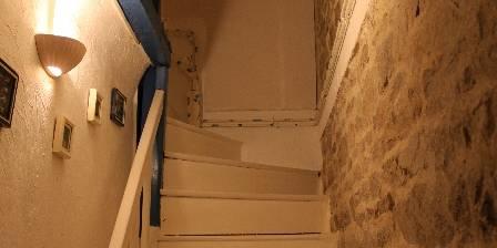 La Maison de Claire Le vieil escalier menant à l'étage