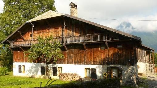 Chambres d'hotes Haute-Savoie, à partir de 60 €/Nuit. Ferme, Châtillon sur Cluses (74300 Haute-Savoie), Charme, Internet, WiFi, Téléviseur, Equipements Bébé, 3 chambre(s) double(s), 1 suite(s), 9 personnes maximum, Bibliothèqu...