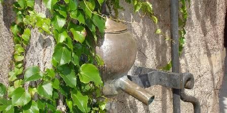 Le Puy des Vérités La fontaine en cuivre d'époque