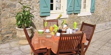 Hebergement Saint-Andrieu Table petit dejeuner