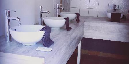 Hebergement Saint-Andrieu Lodge:lavabos à partager