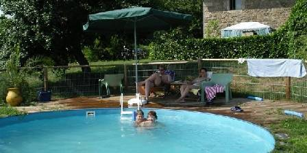 Gite Plein Sud Swimmingpool in summer