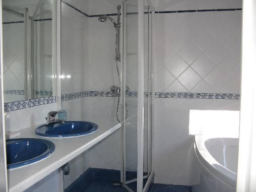 une salle de bains tobogan