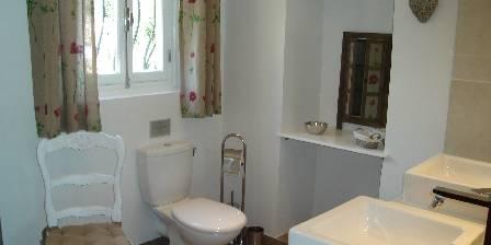 Le Mas Roquemiaine La salle de bains