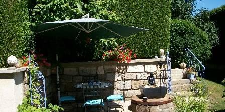 Les Coquelicots La terrasse sud et la fontaine du puits