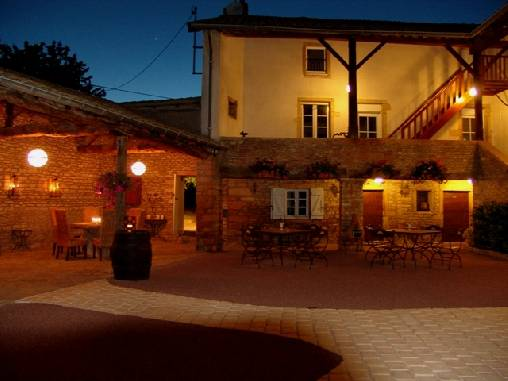 bed & breakfast Saône-et-Loire - The courtyard at night