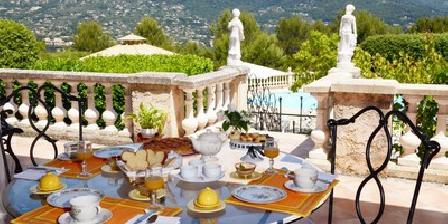 Le Mas des Arts Petit déjeuner servi sur la terrasse