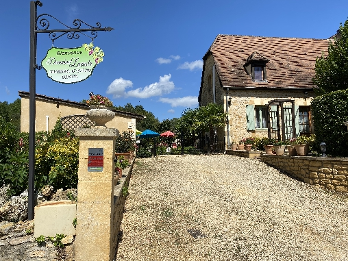 Bed & breakfasts Dordogne, from 75 €/Nuit. House of character, Carsac-Aillac (24200 Dordogne), Charm, Guest Table, Swimming Pool, Jacuzzi, Garden, Net, WiFi, T.V., 2 Double Bedroom(s), 15 Maximum People, Kids Games, 3 Cocc...