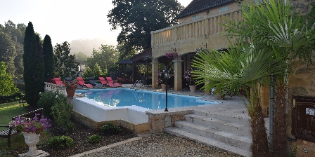 Domaine Lacoste La piscine chauffée à débordement.
