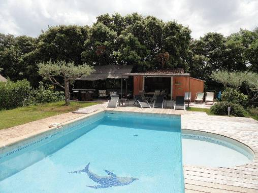 Piscine avec pool-house et salon d'�t�