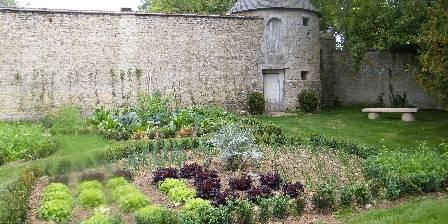 Chambre d'hotes Chateau de Damigny > La tour de defense du chateau et le potager